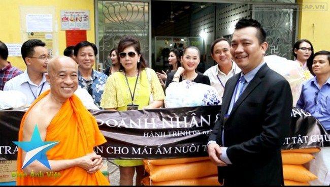 Doanh nhân Đỗ Hữu Thanh trong vai trò Trưởng đoàn thiện nguyện Doanh nhân Và Cộng đồng - Dự án Doanh nhân Tỏa sáng 2015 tại mái ấm tình thương chùa Kỳ Quang II