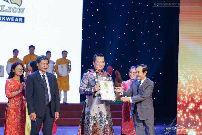 Doanh nhân Đỗ Hữu Thanh - Tổng GĐ công ty May Sư Tử Vàng trên sân khấu nhận bằng chứng nhận Thương Hiệu Vàng 2016