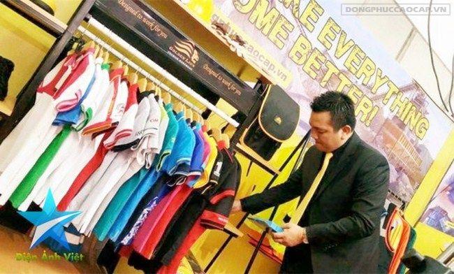 Doanh nhân Đỗ Hữu Thanh với những mẫu thời trang đồng phục của công ty trong gian hàng tại một cuộc triển lãm quốc tế