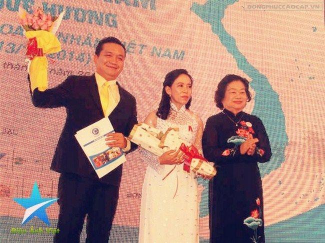 Doanh nhân Đỗ Hữu Thanh nhận đóa hoa tươi thắm do nguyên PCT nước Trương Mỹ Hoa trao tặng trong chương trình Doanh nhân và Biển đảo tại Phan Thiết