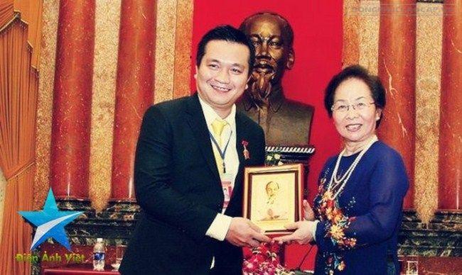 Doanh nhân Đỗ Hữu Thanh tự hào và hạnh phúc nhận bức ảnh lưu niệm Chủ tịch Hồ Chí Minh do Phó Chủ tịch nước Nguyễn Thị Doan trao tặng trong ngày tại sự kiện Trao giải Thương hiệu Nổi tiếng 2014